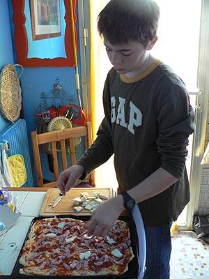 clem qui prépare la pizza.jpg