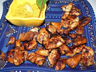 bouchées de poulet sur plat  bleu.jpg