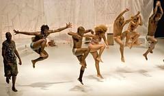 Brasil move Berlin (Ísis Martins) Tags: berlin brasil kreuzberg arte kunst brasilien tanz dança berlim dançacontemporânea theaterhebelamufer menschenzermürbendemaschine brasilmoveberlim brasilienbewegtberlin