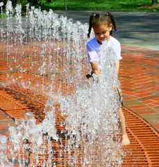 Fountains For The Child (Little Laddie) Tags: people playing water fountain children child superlativas