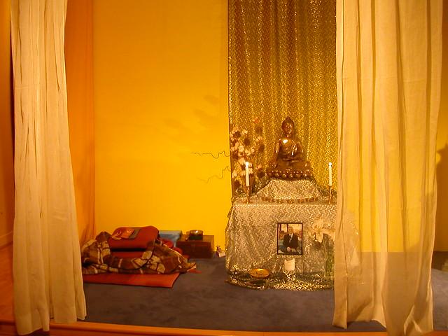 Le bouddha à l'autel du Centre Bouddhiste de l'Ile de France, à Paris 5