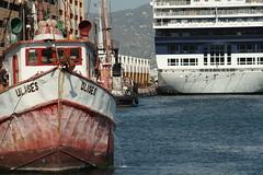 Humilde (Esparta) Tags: sea mar barco malecon acapulco contraste popa viejo nuevo elegante proa humilde ltytr1 mexico:state=guerrero mexico:estado=guerrero mexico:state=gro mexico:estado=gro