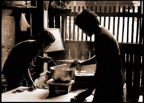 กำลังทำขนมฝรั่งกุฎีจีน บนเตาถ่านแบบโบราณ