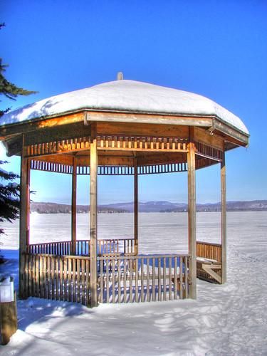 Gazebo-sur-lac-gelé