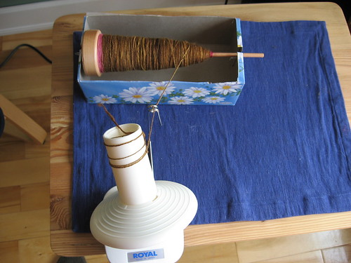 Taking spun yarn off spindle