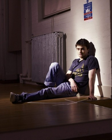 Daniel Radcliffe sentado