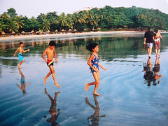 GOA, INDIA (Andr Pipa) Tags: travel sea india feet beach kids dark sand asia miracle walk candid magic goa floating playa tropic plage spiaggia ait luxuriant panjim decisivemoment donapaula panaji flutuar reportagem abigfave vainguinim traveljournalism floatingonair andrpipa photobyandrpipa