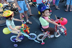 clowns and kids: Fernwood parade 2006