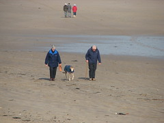 Pensioners and their dog - Alnmouth, Northumberland (Glen Bowman) Tags: beach northumberland alnmouth seafret canons3
