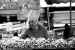 femme du march (minimapedalia) Tags: bw paris femme mercato march biancoenero lgumes dona parigi piazzadellarepubblica verdura radis vegetali placedelarepublique vgtaux rapanelli