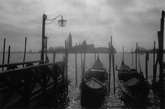 Venecia (_Zahira_) Tags: venice bw italy lafotodelasemana italia bn nd gondola venecia scc venize góndolas 100vistas interestingness97 i500 p1f1 ltytrx5 ltytr2 ltytr1 lafotosdelasemana top30bw
