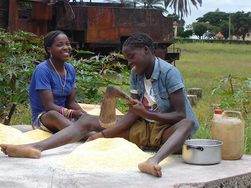 Making fuba por Living in Kuito.