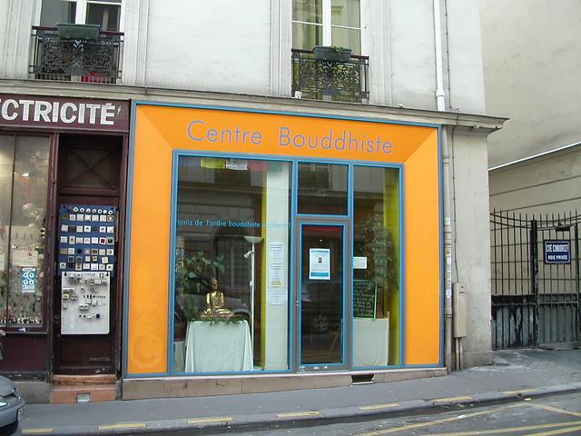 En face du Centre Bouddhiste de l'Ile de France, à Paris 5.