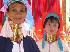 2 femmes girafe (teocaramel) Tags: portrait people neck women long burma karen longneck myanmar giraffe brass burmese bodymodification birmanie kayan jpb longnecked birmania freeburma 10faves mywinners diamondclassphotographer excellentphotographerawards colourartaward longneckedkaren burmafree giraffewomen kayanlahwi