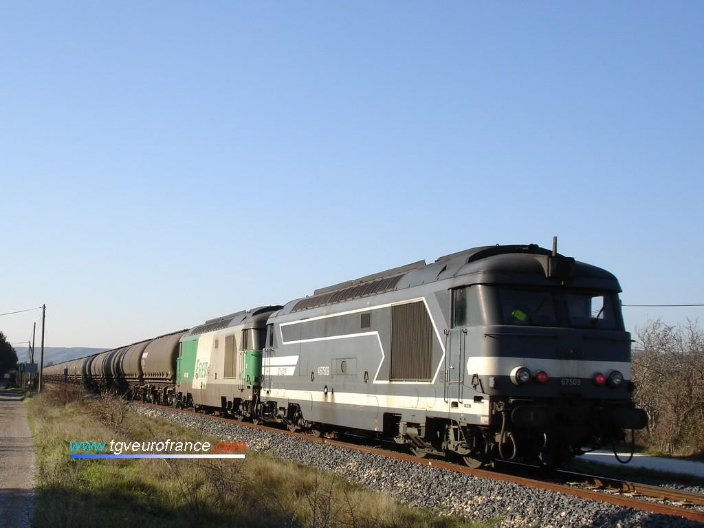 Un train d'alumine passe à Velaux avec en tête du train la BB 67450 et en pousse la BB 67506 et la BB 67509.