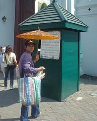 042.皇宮門外賣紙傘的小販