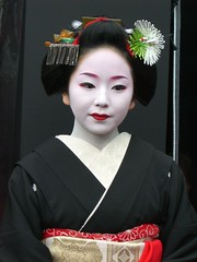 Geisha in Kyoto, Japan; Suzuha,  3 :  (Conveyor belt sushi) Tags: old pink blue winter red portrait woman white flower cute green bird eye colors girl beautiful beauty smile japan female scarlet hair asian real japanese gold cool kyoto noir femme traditional famous innocent young makeup best exotic maiko geiko geisha kawaii bonita  belle  nippon entertainer kimono obi wabi fille bianco blanc japon giappone nihon ragazza giapponese   japao japons  japanisch  kanzashi japonaise      suzuha japanishe