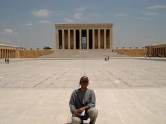 Berlatar Belakangkan Bangunan Makam Mustafa Kamal Attaturk Di Perkarangan Attaturk Mausoleum, Ankara, Turkey