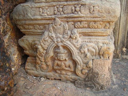 這是柱腳的佛像雕刻,非常精細。