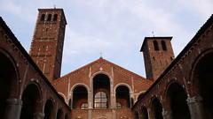 聖安布羅斯教堂不對稱的鐘樓