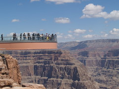 People on the Skywalk (lostinfog) Tags: arizona grandcanyon april e300 2007 grandcanyonskywalk