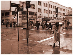 傘を差すビジネスマン