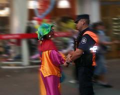 policia y payaso