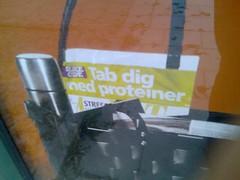 Del av utomhusreklam för Tre: 'Tab dig med proteiner'