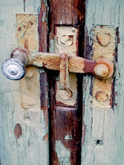 Closed (Lukket) (sta) Tags: hinge wood old green rust peeling paint lock worn maling grnn gammel treverk slitt hengsel flakkende