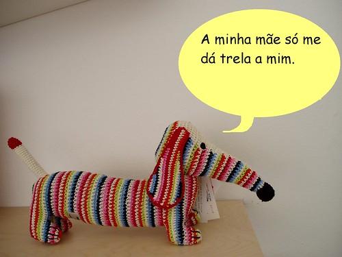 Cão sobre a mãe