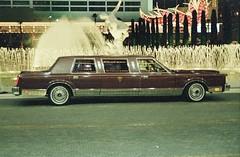 USA Las Vegas 1984 (orangevolvobusdriver4u) Tags: usa lasvegas lasvegas1984 limousine stretchlimousine lincoln night nacht leuchtreklame 1984 archiv1984 towncar lincolntowncar weisswand weisswandreifen whitewall tyre tires reifen whitewalltires