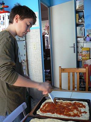 clem qui étale la sauce tomate.jpg