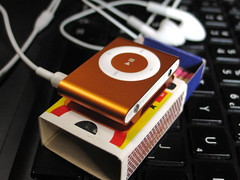 iPod Shuffle (ThiagoMartins) Tags: orange black apple metal dock ipod laranja size matches shuffle compare earbud fones fósforos macbook