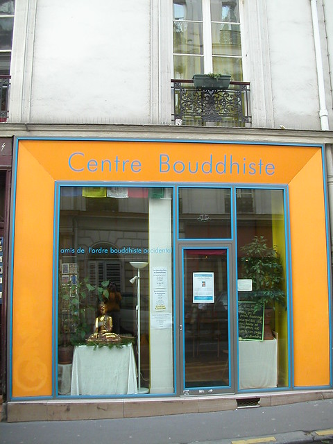En face du Centre Bouddhiste de l'Ile de France, à Paris 3.