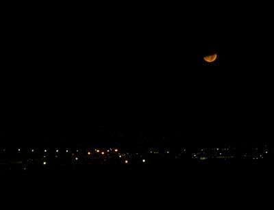 la luna asomando su rostro
