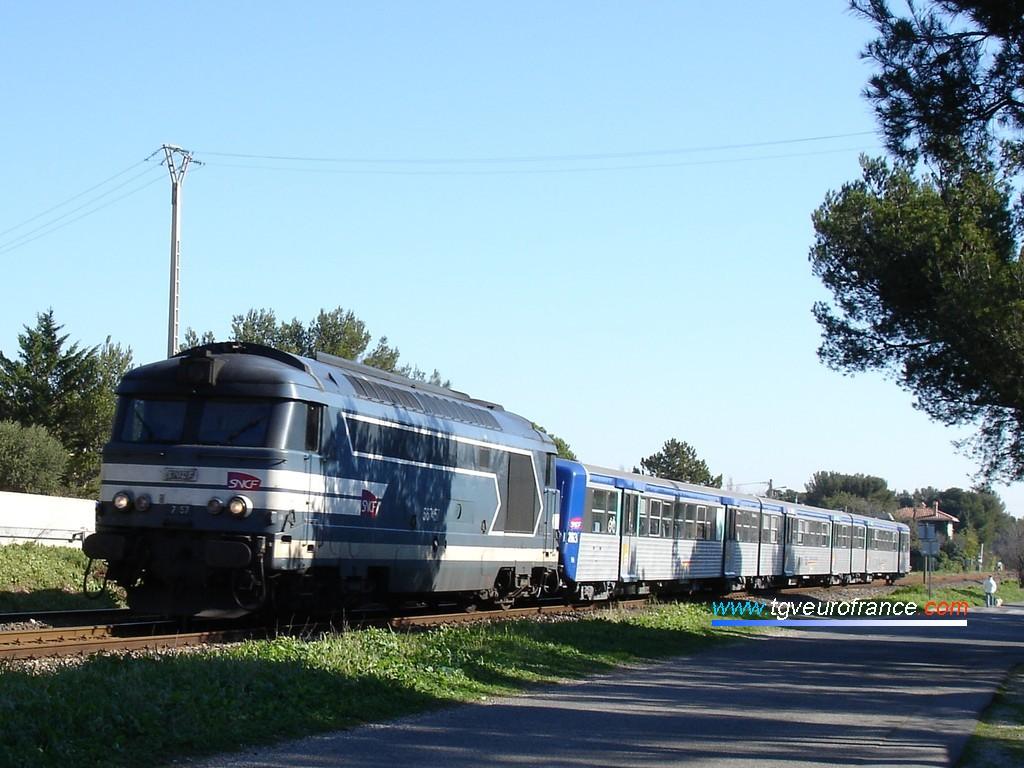Une locomotive BB 67400 tractant la rame RRR 263 approche de la gare de Sausset-les-Pins.