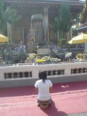 073.在玉佛寺前面參拜的民眾