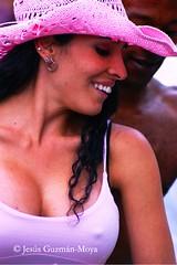 Ilusión (Jesus Guzman-Moya) Tags: pink portrait woman smile hat méxico mexico mujer dancing retrato rosa sonrisa sombrero puebla soe bailando fpg chuchogm 25faves sonydslra100 jesúsguzmánmoya