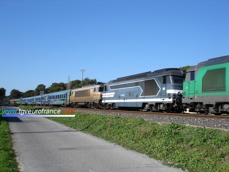 Un train Corail Téoz SNCF détourné par la ligne de la Côte Bleue et tracté par deux locomotives BB67400.