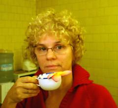 Caf com flor (Ana Maria Santeiro) Tags: selfportrait flower kitchen coffee caf fleur flor autoretrato blume fiore caff kaffe cozinha bloem koffie internationalwomensday anamariasanteiro diainternacionaldamulher 8demaro