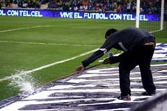 barrida limpia (guardapelo) Tags: estadio trasero escoba nalgas futbolo barrer