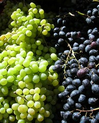 A photo of white and red grapes