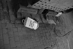 Un treno pulito  pi bello (Luigi Rosa has moved to Ipernity) Tags: blackandwhite bw italy white black junk italia floor milano railway bn rubbish stazione bianco lombardia nero bianconero centrale spazzatura ferrovia rusco 111v1f sacchetto rumenta