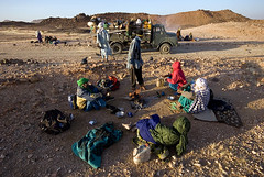 DSC_8685 Circle of travelers (Swiatoslaw Wojtkowiak) Tags: africa morning travel mountain sahara niger truck desert a