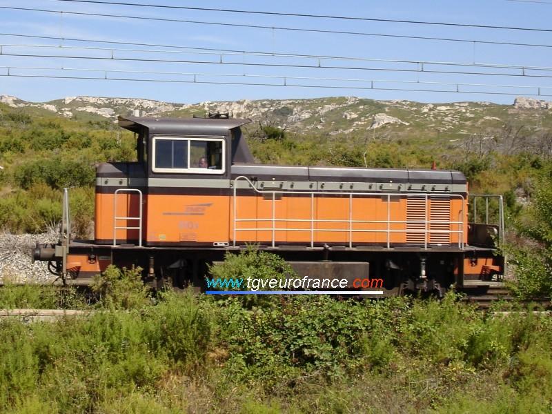 Un locotracteur Y8000 circule sur la ligne Marseille - Miramas en direction de la gare de Saint-Chamas.