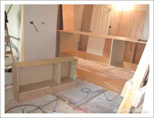 左邊小矮櫃是浴室門外的收納櫃