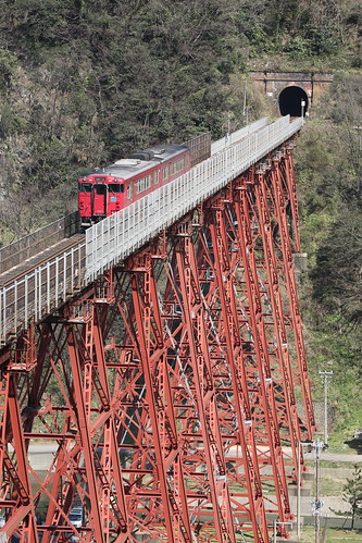 Kiha47 trains run on very tall bridge