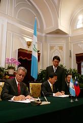 總統與瓜地馬拉總統貝爾傑簽署聯合聲明及聯合公報