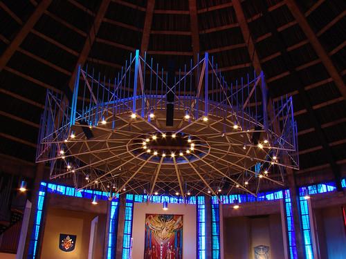 """L'intérieur de la cathédrale, très """"futuriste"""""""