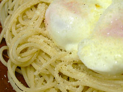 温泉卵とパルメザンチーズのシンプルスパゲティ